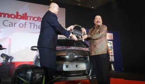 Johnny_Darmawan_Menerima_penghargaan_Best_of_The_Best_ICOTY_2009_untuk_Toyota_Yaris